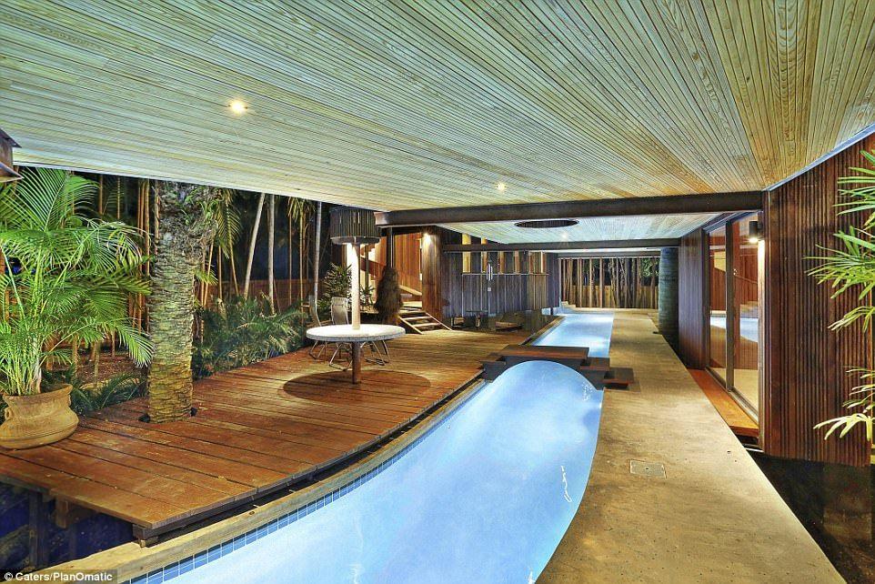 Casa de tres pisos en Florida incluye río y cascada en su interior - Foto de Caters/PlanOmatic