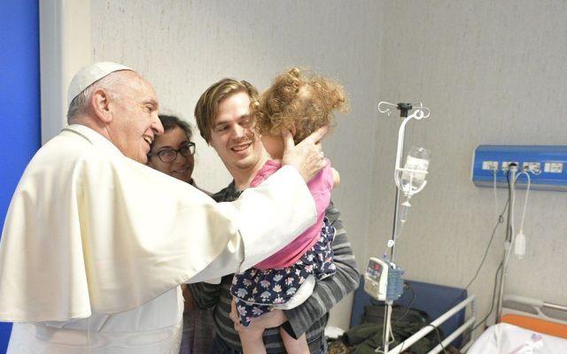 Papa Francisco sorprende a niños enfermos en víspera del Día de Reyes