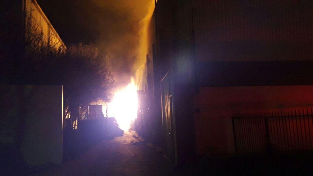 Incendio consume cuatro bodegas en Apodaca - Foto de @Lulubetti