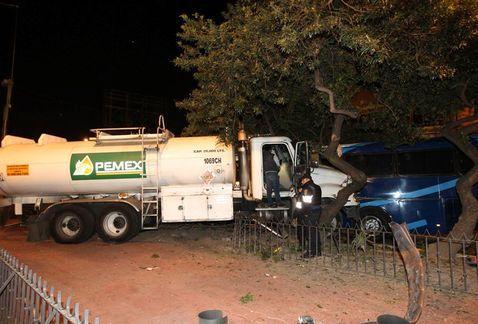 Choque de pipa de Pemex deja un herido en Eje 10 Sur - Foto de Milenio
