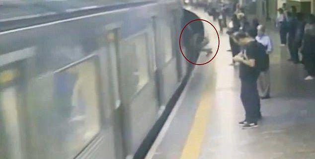 #Video Mujer sobrevive tras ser empujada a las vías del tren