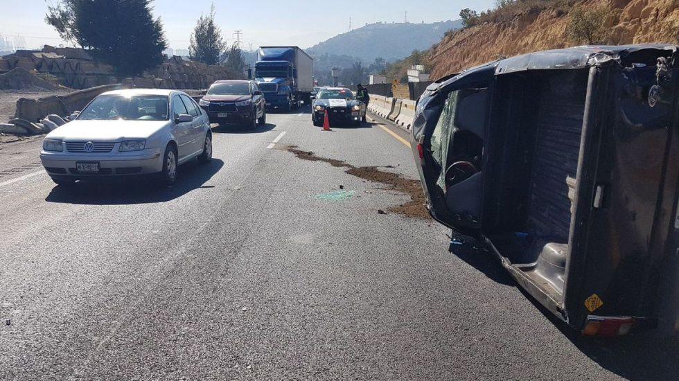 Vuelca camioneta en carretera Chamapa-Lechería