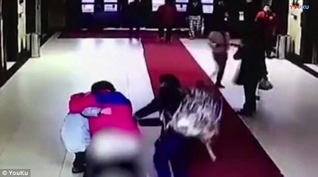 #Video Mujer da a luz en sus pantalones en China - Foto de Youku
