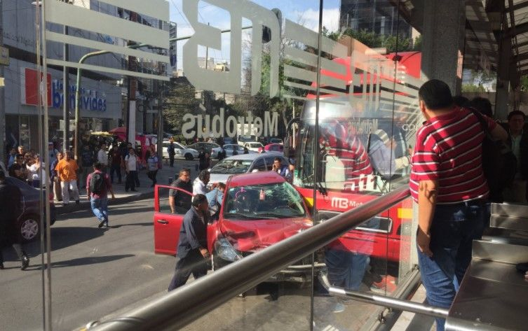 Choca unidad de Metrobús en avenida Insurgentes - Foto: @VaniaPigeonutt.