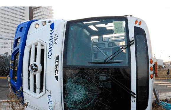 Volcadura de autobús en Puebla deja un muerto y 18 heridos - Foto de @dialogosdiario