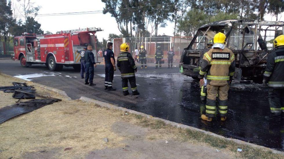 #VIDEO Accidente automovilístico provoca incendio en Venustiano Carranza - Foto de @kroseco25