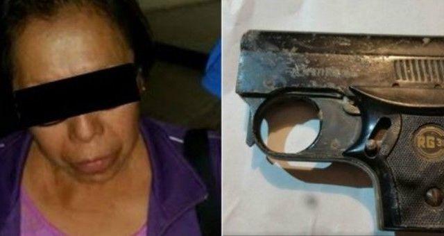 Mujer intenta ingresar a tribunal con pistola de balines - Foto: Especial.