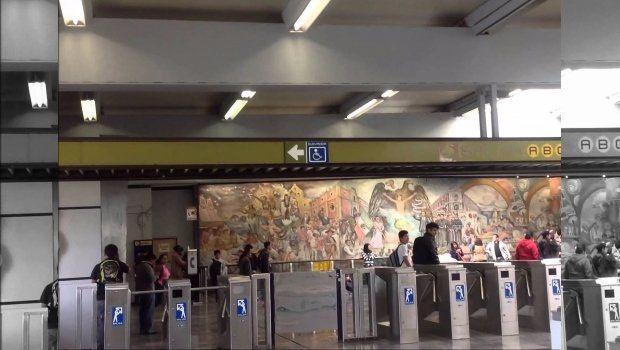 Policías evitan suicidio en Metro Universidad - Foto de Internet
