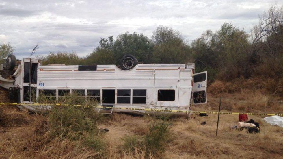 Hay dos muertos y 19 heridos por volcadura de camión en Sonora