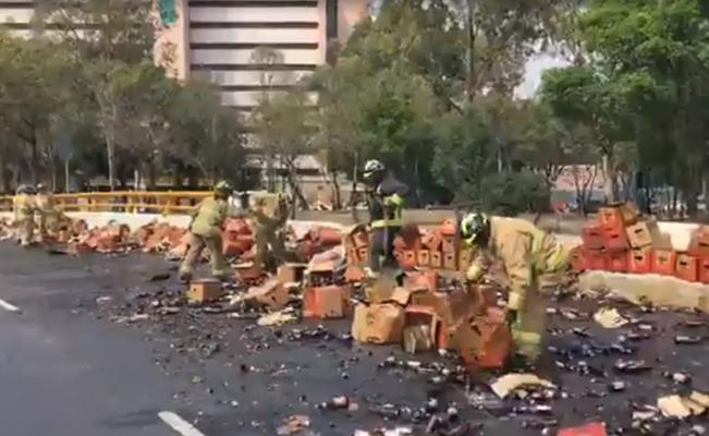 Tráiler tira cientos de cervezas en Circuito Interior - Foto de El Universal