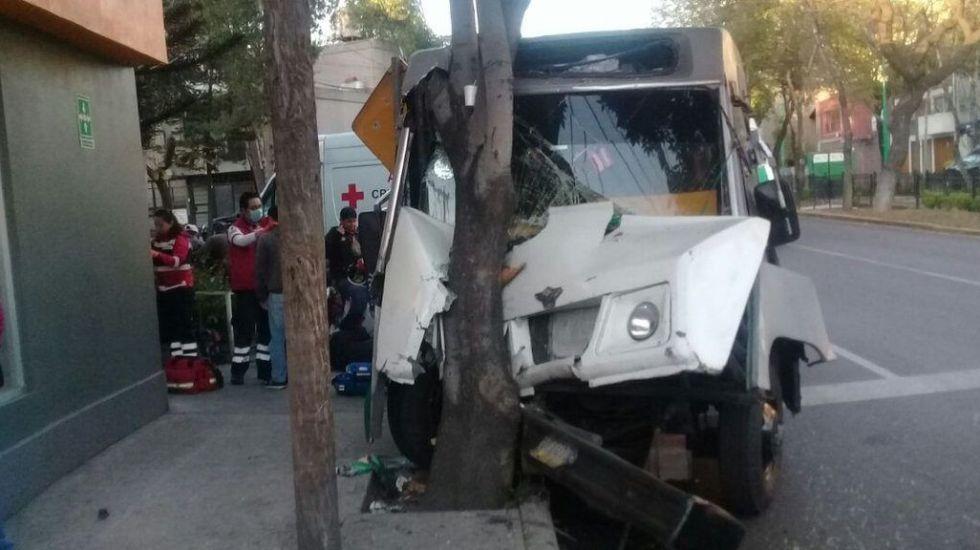 Choque de microbús en Legaria deja 8 lesionados
