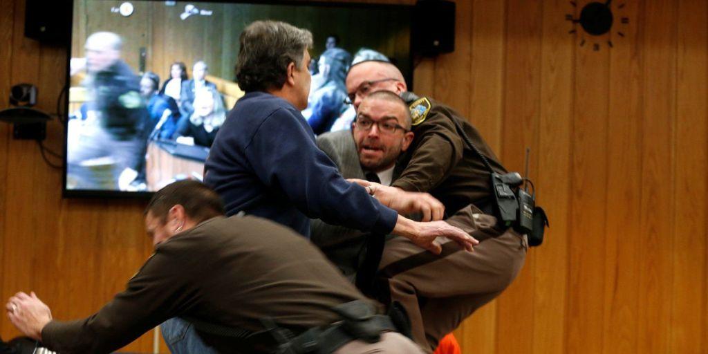 #Video Padre de víctima intenta agredir a Larry Nassar - Foto de Internet