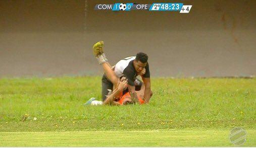 #Video Futbolista golpea a recogepelotas por festejar gol