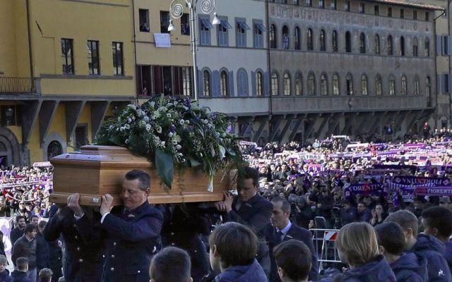 Miles despiden a Davide Astori en Florencia - Foto de AP