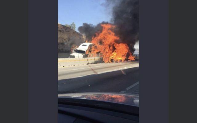 #Video Se incendia tráiler en la autopista México-Querétaro - Foto: @MBE_Interlomas.