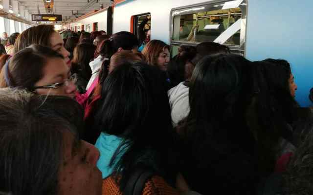 Caos en el Metro de la Ciudad de México - Foto de @AnnieBanannie02