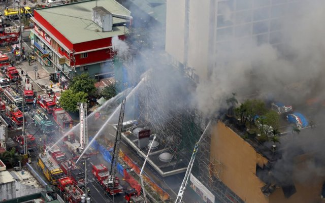 Al menos tres muertos por incendio en hotel de Filipinas - Foto de AP