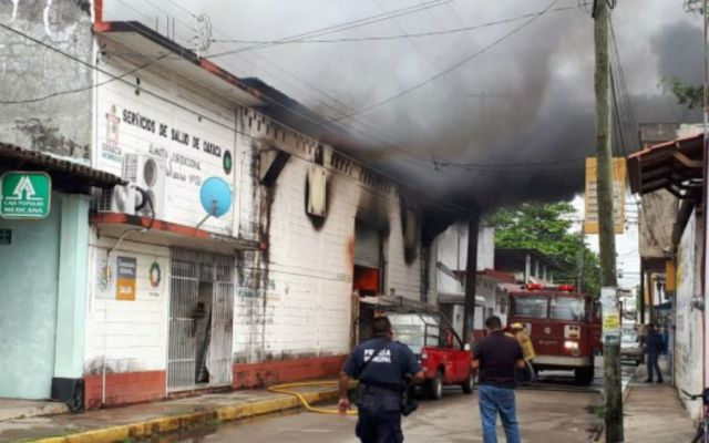 Incendio en bodega consume toneladas de medicamentos en Oaxaca - Foto: @nvinoticiasoax.
