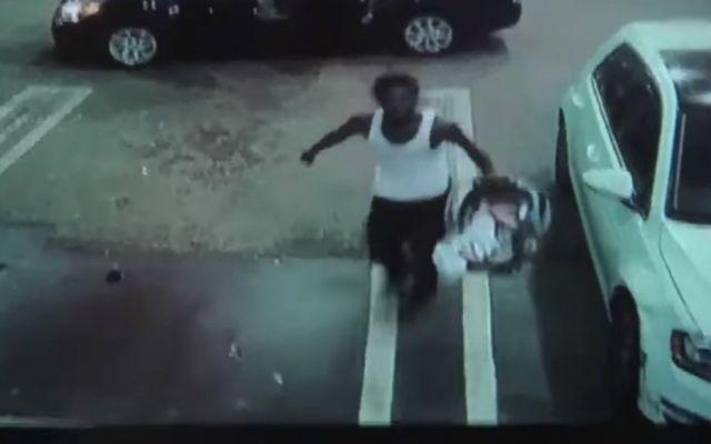 #Video Ladrón se roba vehículo con bebé adentro - Foto: Youtube.