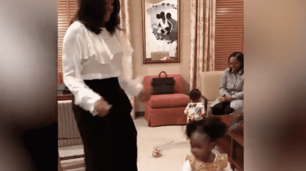 #VIDEO Michelle Obama conoce a niña que observó su retrato