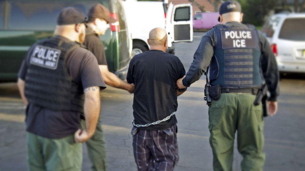 California inicia juicios colectivos contra migrantes - Foto de AP
