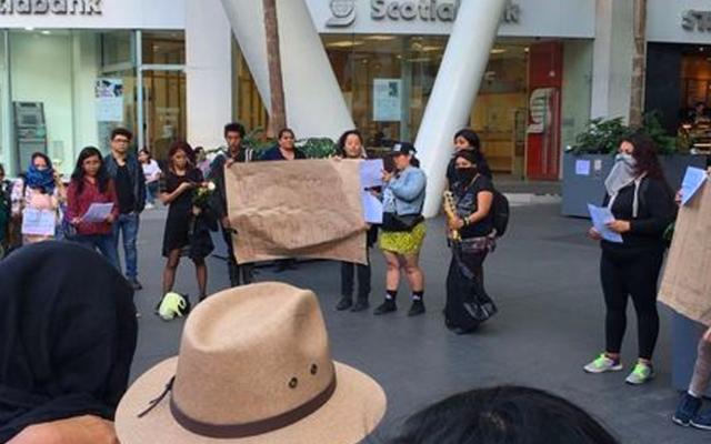 Se manifiestan en Reforma 222 por asesinato de mujer - Foto de Milenio