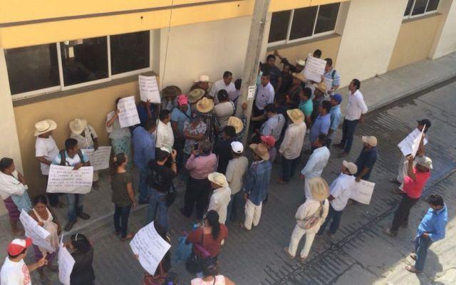 Pobladores retienen a alcalde de Pinotepa Nacional - Foto de @ECO_570