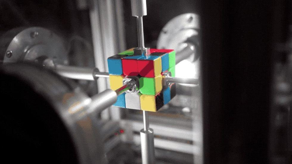 #Video Robot arma el cubo Rubik en .38 segundos - Captura de pantalla