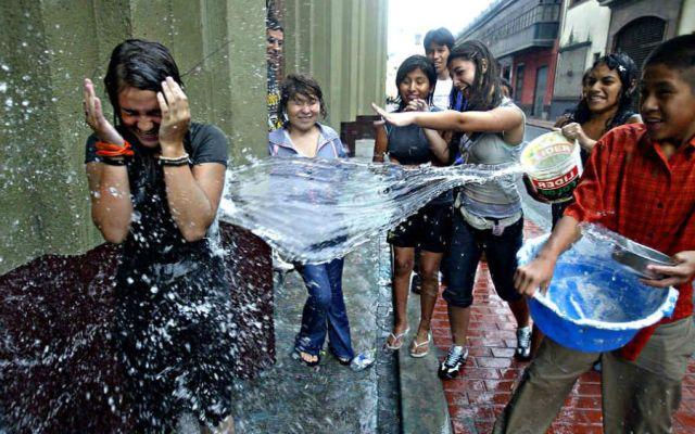 ¿Cómo surgió la tradición de mojarse en Sábado de Gloria? - Foto: Internet.