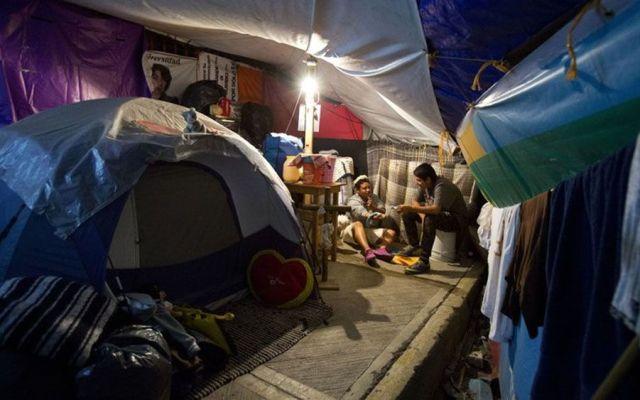 A seis meses del temblor, todavía hay gente que vive en la calle - Foto de AP