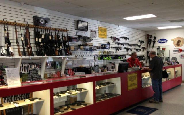 NRA interpone demanda contra ley de control de armas en Florida - Foto de Sarasota Florida Gun Shop