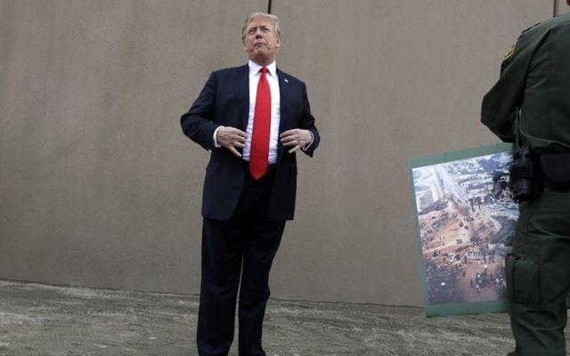 Trump inspecciona prototipos del muro fronterizo en San Diego - Foto de AP