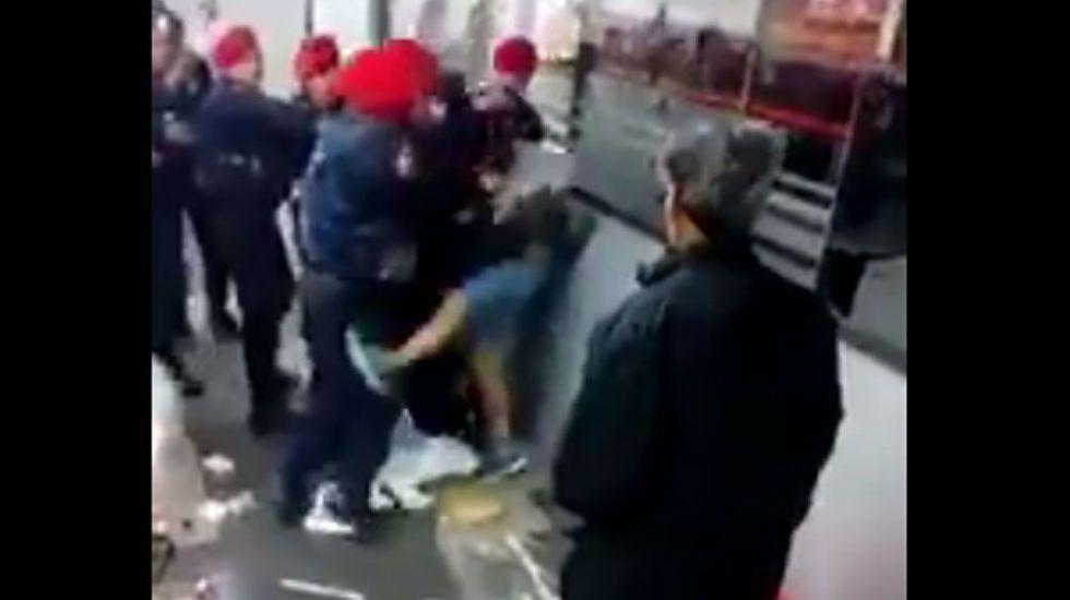 #Video Golpean a policías tras detención de ambulante