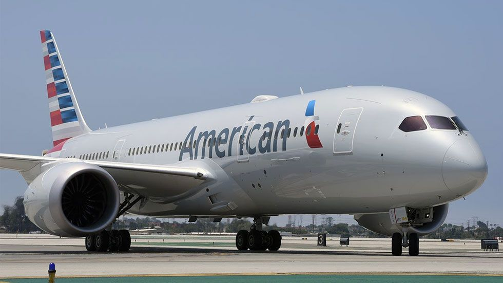 Hospitalizan a tripulación de American Airlines por olor misterioso - Foto de Airways
