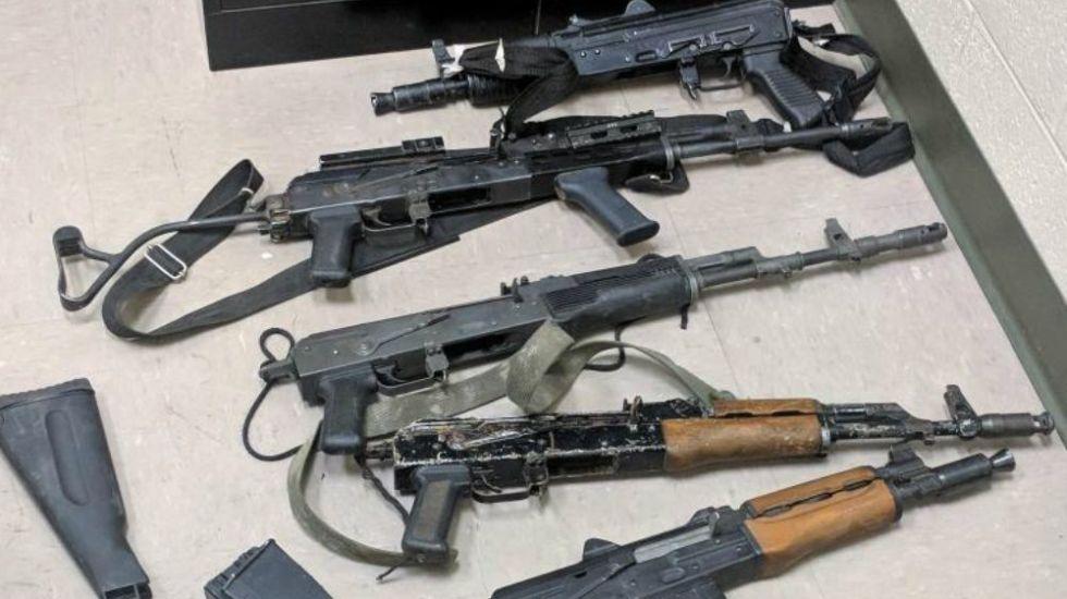 Detienen a tres mexicanos que portaban varios rifles en Arizona - Foto: CBP.