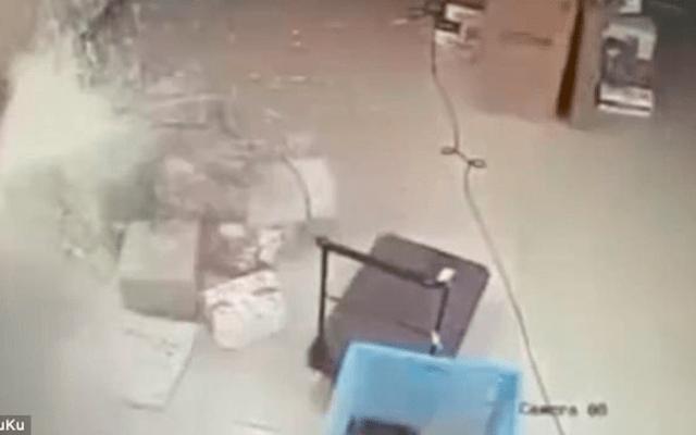 #Video Explota batería e incendia negocio de paquetería en China