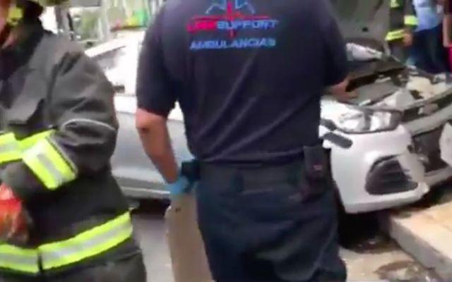 Conductora se estrella contra poste y atropella a tres personas - Captura de @NoticiasImagen