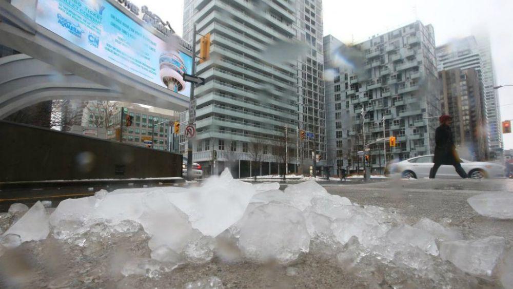 Trozos de hielo de la CN Tower dañan techo del estadio de los Blue Jays en Toronto - Foto: The Star.