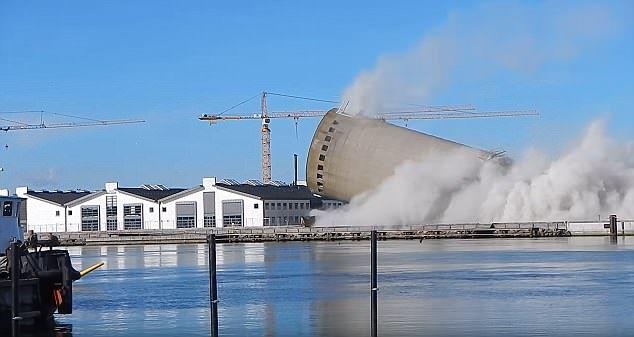 #VIDEO Demolición de granero falla y aplasta centro cultural - Foto de Daily Mail