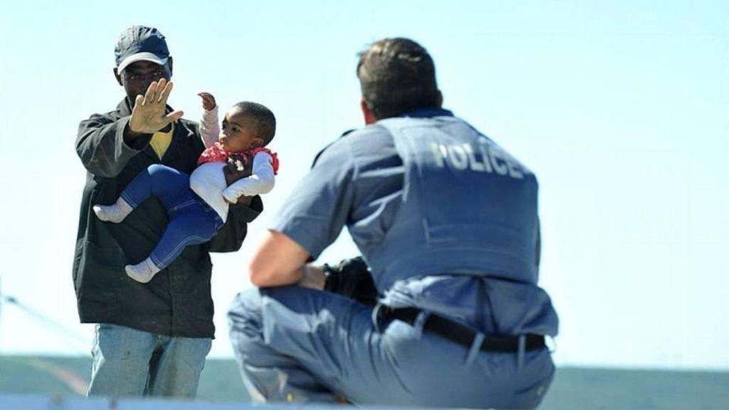 #Video Hombre arroja a su hija de techo en Sudáfrica - Foto de Facebook