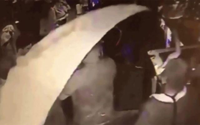 #Video Hombre arroja pintura a clientes de bar - Foto de Internet