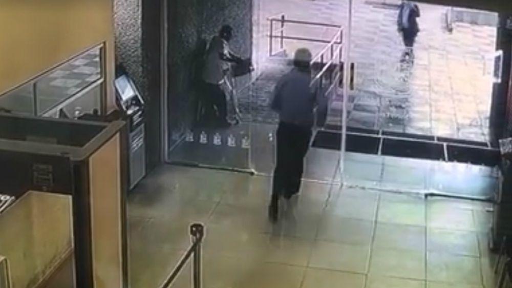 #Video Hombre rompe puerta de vidrio en Congreso de Nuevo León
