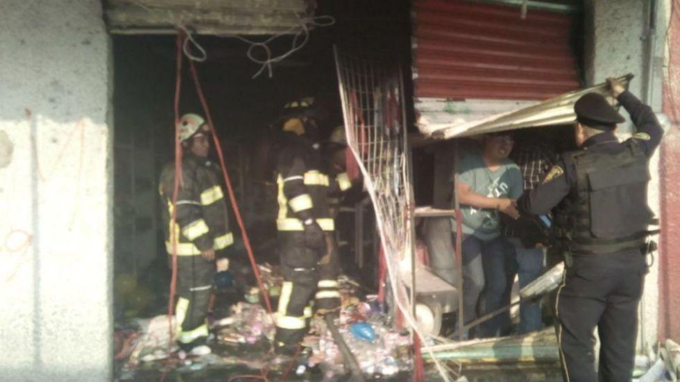 Se incendia bodega de juguetes en la Merced Balbuena - Foto de @FaustoLugo