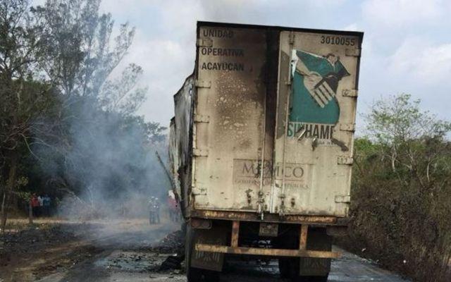 Camión con despensas termina calcinado tras chocar en Veracruz - Foto de Quadratín