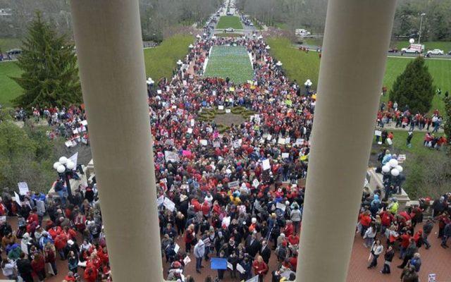 Maestros de Kentucky y Oklahoma exigen más fondos para educación - Foto de AP