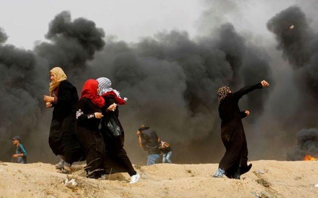 Irán condena silencio de árabes y musulmanes ante crímenes de Israel - Mujeres participando en un viernes de protestas y enfrentamientos entre israelíes y palestinos. Foto de Getty