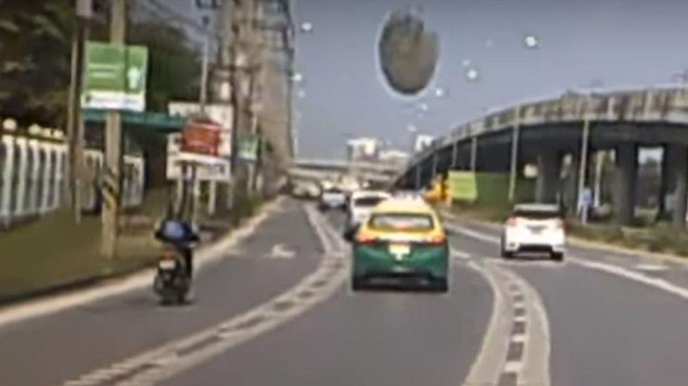 #Video Automóvil casi termina aplastado por pedazo de concreto