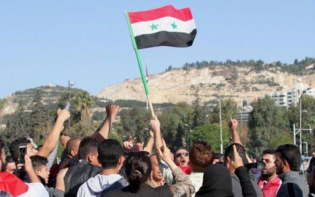 Sirios salen a las calles de Damasco en apoyo a Assad - Foto de EPA