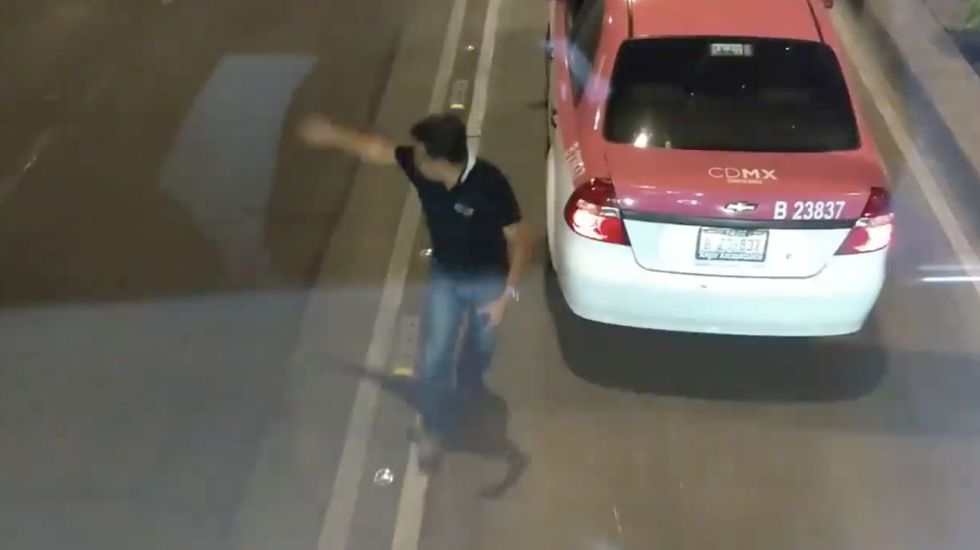 #VIDEO Taxista increpa a chofer de Metrobús en Reforma tras invadir carril confinado