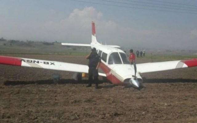 Aterriza de emergencia avión pequeño en terreno de cultivo en Toluca - Foto de Quadratín